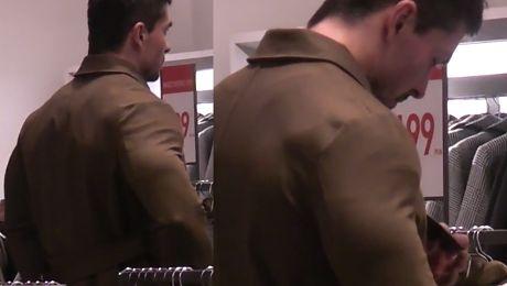 Umięśniony mąż Skrzyneckiej przymierza za mały płaszcz