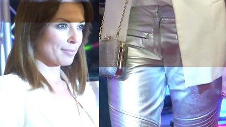 Glinka w srebrnych spodniach pozuje do zdjęć