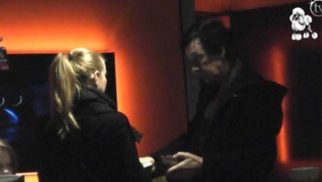 Borysewicz daje dziewczynie pieniądze