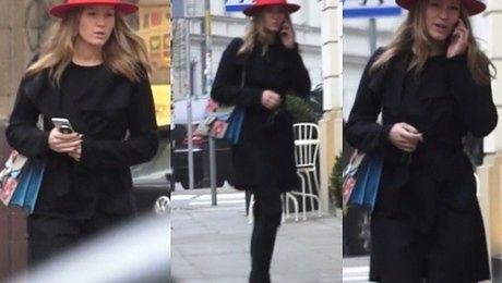 Sexy mama Zosia Ślotała w czerwonym kapeluszu spaceruje po Warszawie