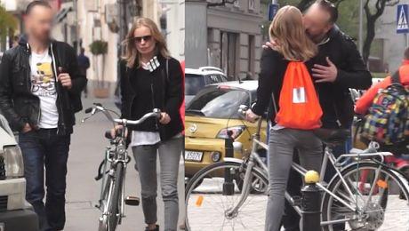 Uśmiechnięta Magda Cielecka na rowerze