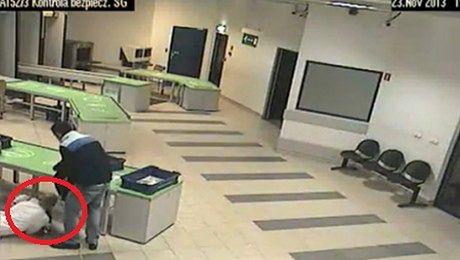 Pracownik lotniska złapał dziecko W OSTATNIEJ CHWILI