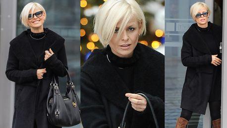 Uśmiechnięta Mandaryna wychodzi z TVP Wygląda na 38 lat