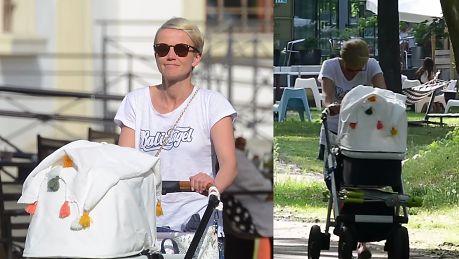 Zrezygnowana Zielińska pcha wózek w parku