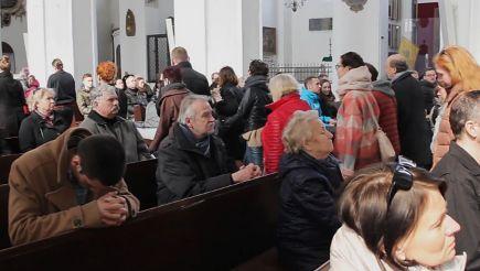 Protest przeciwko zakazowi aborcji Wierni wychodzą z kościoła w trakcie mszy