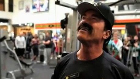 Schwarzenegger z wąsami na siłowni