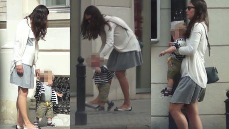 Ciężarna Czartoryska z dzieckiem na spacerze