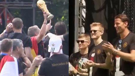 Niemcy tańczą prezentując Puchar Mistrzów