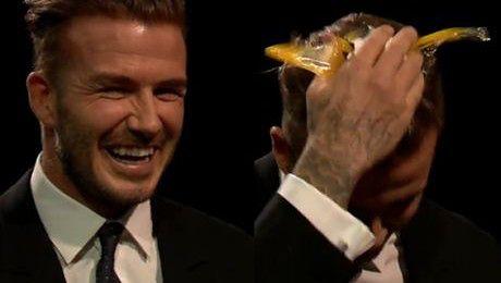 David Beckham rozbija sobie jajko na głowie