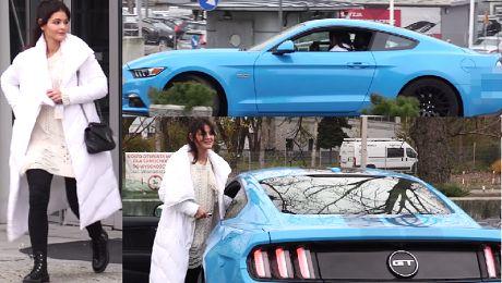 Skarbek w puchatej kurtce wsiada do Mustanga za 170 tysięcy złotych