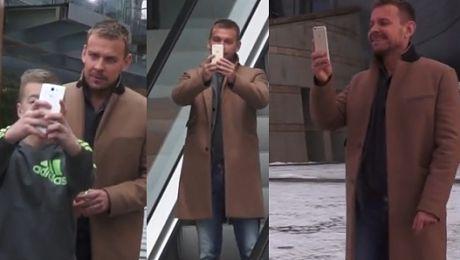 Woliński w TVP robi sobie selfie na schodach