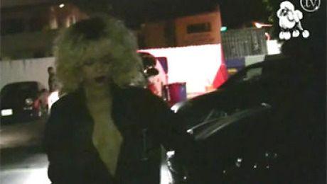 Wydekoltowana Rihanna na ulicy