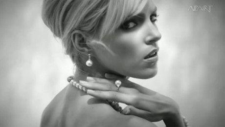 Anja Rubik w reklamie biżuterii