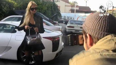 Paris Hilton na stacji benzynowej
