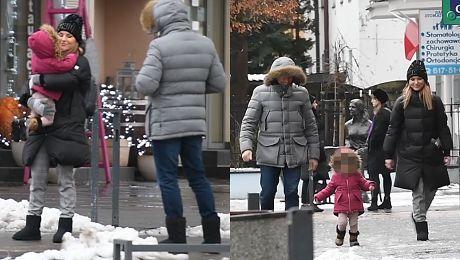 Sykut Jeżyna na zimowym spacerze z mężem i córką