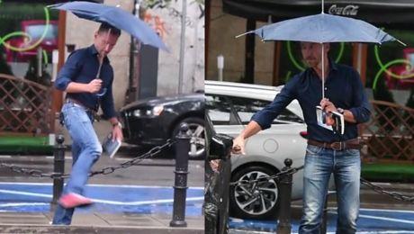 Smutny Kraśko z parasolką pokonuje miejskie przeszkody WIDEO