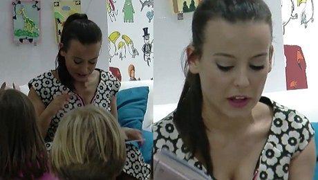 Mucha i jej piersi czytają dzieciom