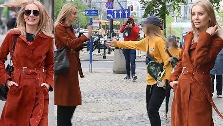 Agnieszka Woźniak Starak przybija piątki z fanami na ulicy