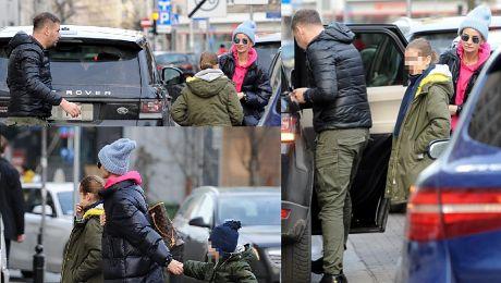 Karolak wysadza Violkę z dziećmi na środku ulicy Tak dba o ich bezpieczeństwo