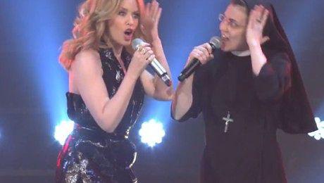 Kylie Minogue na scenie ze ŚPIEWAJĄCĄ ZAKONNICĄ