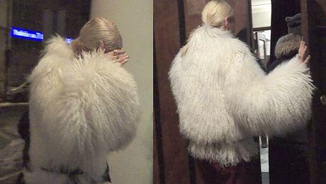 Horodyńska idzie do teatru w białym futrze