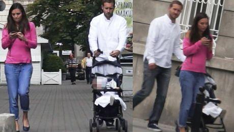 Ciężarna Czartoryska z mężem i synem na spacerze