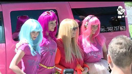 Rodowicz z różową obstawą i limuzyną