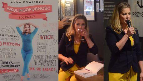 Czesia z Klanu rozdaje autografy popijając szampana