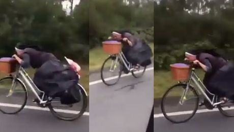 HIT SIECI Polska zakonnica pędzi na rowerze w Hiszpanii