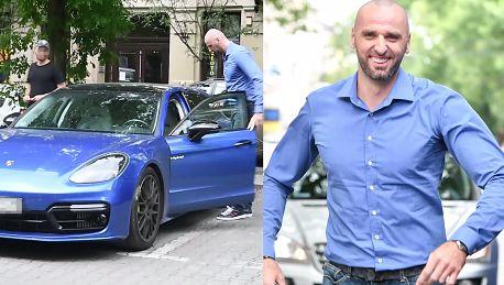 Uśmiechnięty Gortat wsiada do nowego Porsche