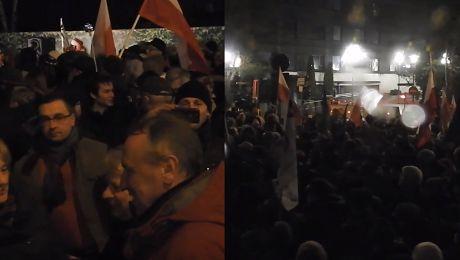 Tłum protestuje w wigilię pod Sejmem Jesteśmy z wami z naszymi posłami zwyciężymy