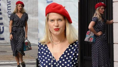 Ślotała wykazuje się ułańską fantazją brylując po ulicach Warszawy w stroju paryżanki WIDEO