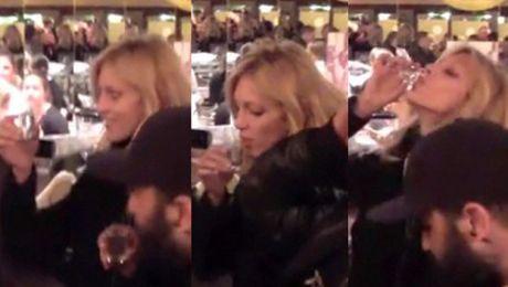 Anja Rubik pije wódkę