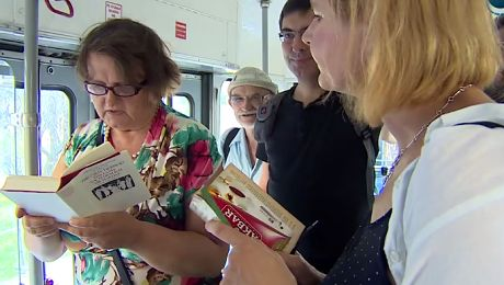 Krakowianie wspierają pobitego profesora UW W tramwajach czytano w językach obcych