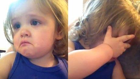 Dziewczynka płacze przy ślubnej piosence rodziców
