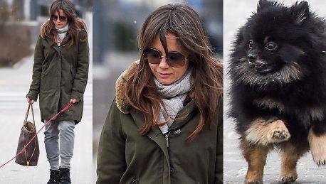 Naturalna Kinga Rusin na spacerze Z dumą zarzucała siwymi włosami WIDEO