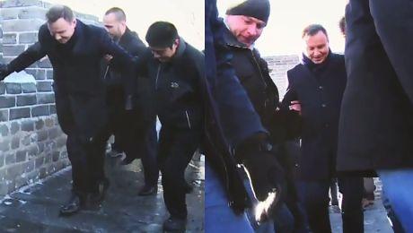 Andrzej Duda ślizga się na Wielkim Murze