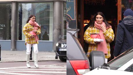 Kolorowa Joanna Horodyńska kupuje ciastka a Lara Gessler trzyma drzwi