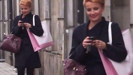Zadowolona Kasia Zielińska wraca ze sklepu
