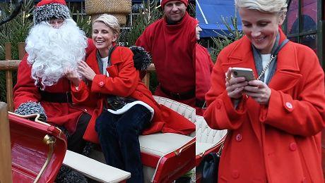 Zielińska w czerwonym płaszczu tuli się do brody św Mikołaja