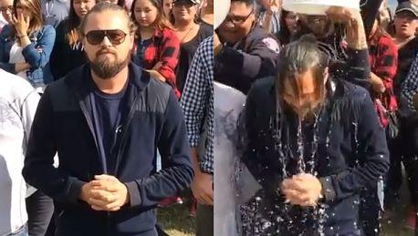 Zarośnięty DiCaprio oblewa się wodą