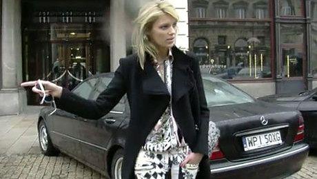 Anja Rubik wychodzi z hotelu