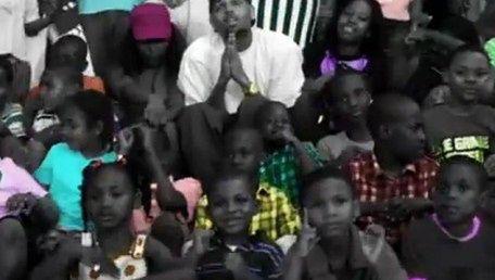 Chris Brown MODLI SIĘ ZA OFIARY GANGÓW