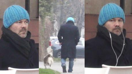 Zamyślony Braciak wyprowadza psa Agaty Buzek na spacer