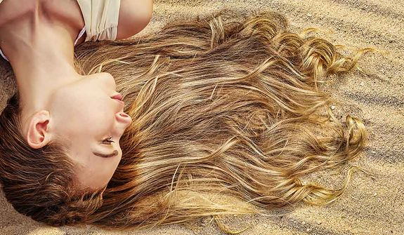 Jak chronić i pielęgnować włosy latem?