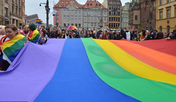 Żurawiecki: Niech osoby LGBT+, które mają władzę, pozycję i pieniądze, wyjdą z szafy