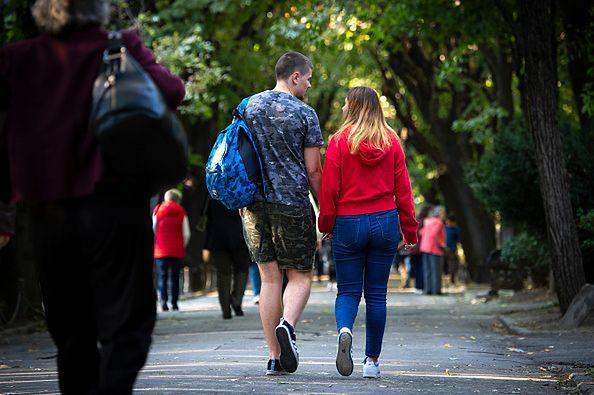 syn umawia się z młodszą dziewczyną
