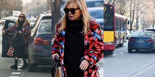 Monika Olejnik we wzorzystym płaszczu blokuje przystanek autobusowy, by spotkać się z ukochanym (ZDJĘCIA)
