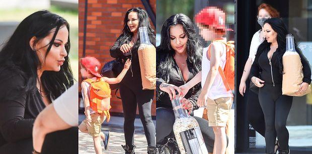 Wydekoltowana Esmeralda Godlewska ociepla wizerunek na spacerze z synkiem i tajemniczą kobietą (ZDJĘCIA)