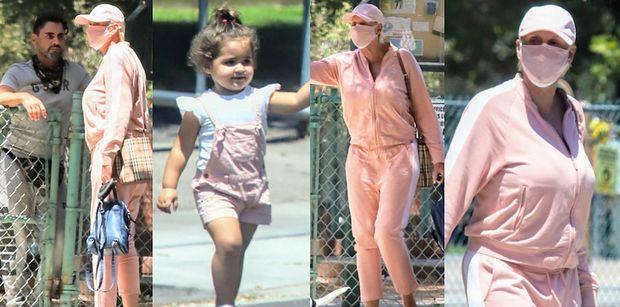 56-letnia Brigitte Nielsen w różowym dresie spaceruje z 2-letnią córeczką i mężem (ZDJĘCIA)